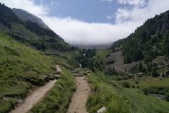 Esplorazione la valle, il legno e delle montagne fotografia stock libera da diritti