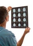 Esplorazioni del dottore Viewing MRI immagine stock