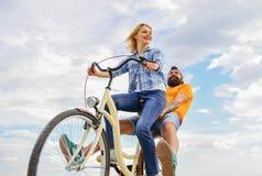 Esplori la città L'uomo e la donna affittano la bici per scoprire la città come periodi dell'affitto della bici o di noleggio del immagine stock
