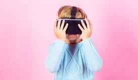 Esplori la realtà alternativa Spazio cyber e gioco virtuale Tecnologia di futuro di realtà virtuale Scopra la realtà virtuale fotografie stock libere da diritti
