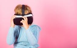 Esplori la realtà alternativa Spazio cyber e gioco virtuale Tecnologia di futuro di realtà virtuale Scopra la realtà virtuale immagine stock