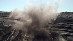 Esplosione alla miniera aperta Rocce della detonazione nell'estrazione mineraria della cava Esplosione potente aerea sulla minier stock footage
