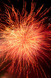 Esplosione dei fuochi d'artificio in colore rosso ed oro immagine stock