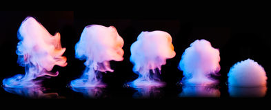 Esplosione del fumo di colore isolata sul nero Immagini Stock