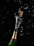 Esplosione della bottiglia del champagne fotografie stock libere da diritti
