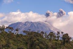 Esplosione di tramonto del vulcano di Tungurahua fotografia stock