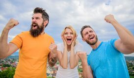 Esplosione emozionale La donna e gli uomini sembrano riuscito emozionale celebrano il fondo del cielo di vittoria Vincitori di tr fotografia stock