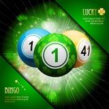 Esplosione fortunata della palla di bingo del trifoglio su verde Fotografia Stock