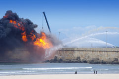 Esplosione nella raffineria di petrolio Immagine Stock