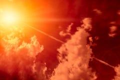 Esplosione nucleare ad alta altitudine dell'esplosivo del missile sopra il cielo fotografia stock