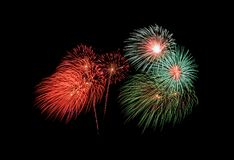 Esplosione rossa e verde dei fuochi d'artificio su cielo notturno immagini stock libere da diritti