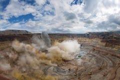 Esplosione in una miniera aperta del diamante Immagine Stock