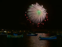 Esplosione variopinta dei fuochi d'artificio, nuovo anno, fuochi d'artificio, fuochi d'artificio stupefacenti arancio isolati nel Immagine Stock