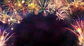 Esplosioni dei fuochi d'artificio su fondo nero Immagini Stock