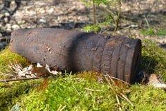 Esplosivo ad alto potenziale ferruginoso del whizzbang dell'artiglieria della seconda guerra mondiale in foresta della Bielorussi fotografia stock
