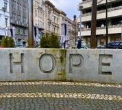 Espoir de Berlin écrivant au mur près du churh moderne Photos stock
