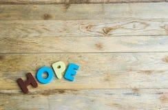 Espoir en bois coloré de mot sur floor1 en bois image stock