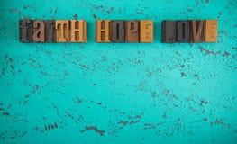 Espoir et amour de foi écrits dans le type en bois caractères gras réglés photographie stock