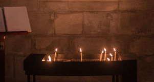 Espoir et paix avec les bougies brûlantes dans une église Photos stock