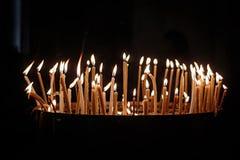 Espoir et paix avec les bougies brûlantes dans une église Image libre de droits