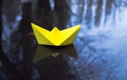 Espoir pour le bonheur Bateau et temps de papier jaunes d'automne Image libre de droits