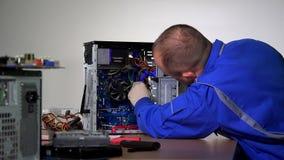 Espolón del parte movible del hombre del servicio de la PC en ranura de la placa madre del ordenador almacen de metraje de vídeo