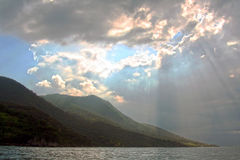 Espone al sole i raggi comunque le nuvole -- Ilha Bella, Brasile immagini stock