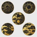 Esponga al sole e moon nel cielo sopra il mare Raccolta degli elementi decorativi di progettazione grafica nello stile orientale Fotografie Stock Libere da Diritti