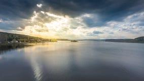 Esponga al sole e si rannuvola un lago Fotografia Stock