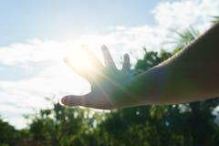 Esponga al sole i ciechi con la mano di estate calda - riscaldi il concetto fotografie stock