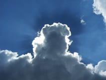 Esponga al sole i raggi che rompono le nuvole immagini stock libere da diritti