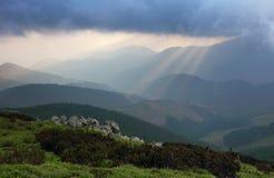 Esponga al sole i raggi che scoppiano attraverso i cieli nella sera Fotografie Stock