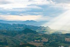 Esponga al sole i raggi che splendono giù sulle colline a San Marino Fotografia Stock