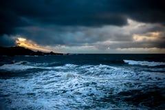 Esponga al sole i raggi sopra Rocher de la Vierge a Biarritz fotografia stock