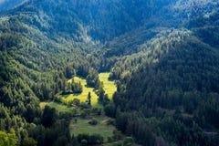 Esponga al sole i raggi su un'azienda agricola e sui pendii di montagna, le alpi, Francia Fotografia Stock