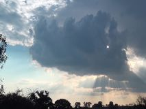 Esponga al sole i raggi visti attraverso le nuvole in un tramonto video d archivio