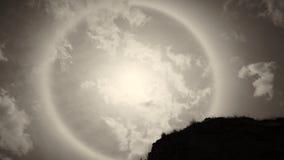 Esponga al sole il bianco di alone alcuni rami di albero e della roccia Fotografie Stock