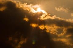 Esponga al sole il goong dietro le nuvole fotografie stock