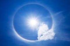 Esponga al sole l'alone con la nuvola del cuore nel cielo Immagine Stock Libera da Diritti