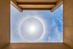 Esponga al sole l'alone 22 gradi da un tetto sopra Chengdu Fotografia Stock