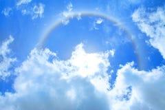 Esponga al sole l'alone sopra cielo blu e la nuvola come fondo Fotografie Stock Libere da Diritti