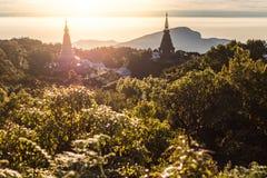 Esponga al sole l'aumento alla pagoda sulla cima della montagna, parità del cittadino di Inthanon Fotografia Stock Libera da Diritti