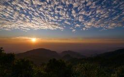 Esponga al sole l'aumento al punto di vista di Monson a Doi Angkhang, Chiang Mai Thailand immagine stock
