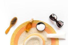 Esponga al sole la composizione nella protezione con i vetri e la crema sul modello bianco di vista superiore del fondo Fotografie Stock