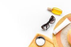 Esponga al sole la composizione nella protezione con i vetri e la crema sul modello bianco di vista superiore del fondo Fotografia Stock