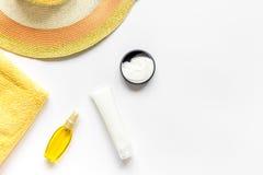 Esponga al sole la composizione nella protezione con lozione e la crema sul modello bianco di vista superiore del fondo Immagini Stock Libere da Diritti