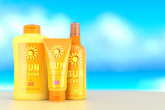 Esponga al sole la crema, lo spruzzo e la lozione della protezione sopra il fondo del cielo dell'estate Immagine Stock
