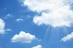 Esponga al sole la luce del raggio sul fondo del cielo blu immagini stock