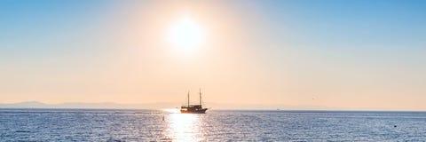 Esponga al sole la regolazione al mare con la nave di navigazione Immagine Stock Libera da Diritti