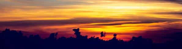 Esponga al sole la regolazione sopra le viste delle nuvole dall'aeroplano immagini stock libere da diritti